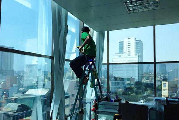 Hướng dẫn dán kính chống nắng cửa sổ tại nhà